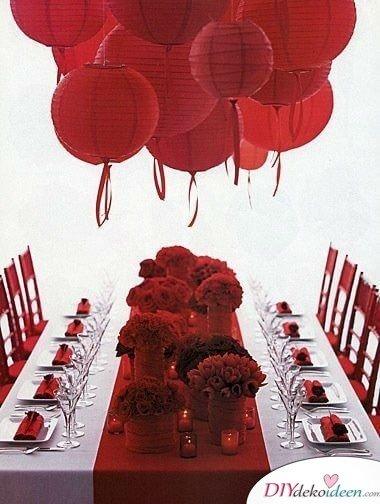 romantische Tischdeko mit Rosen und Laternen