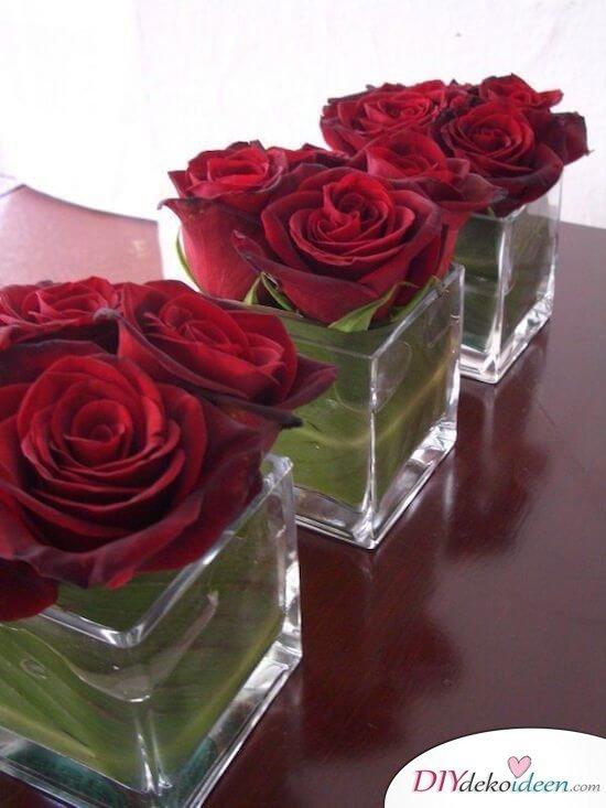 Rote Rosen Tischdeko Ideen - rechteckige Glasvasen
