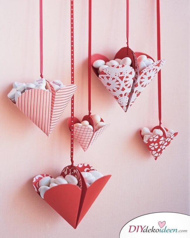 Mit Bonbons gefüllte Herzen - DIY Valentinstag Geschenk
