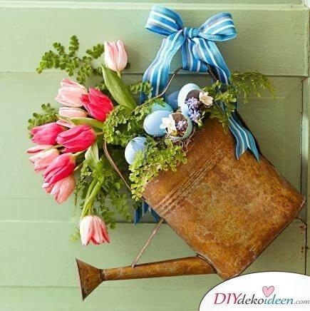 DIY Frühjahrsdeko-Ideen - Blumenarrangement in einer Gießkanne a