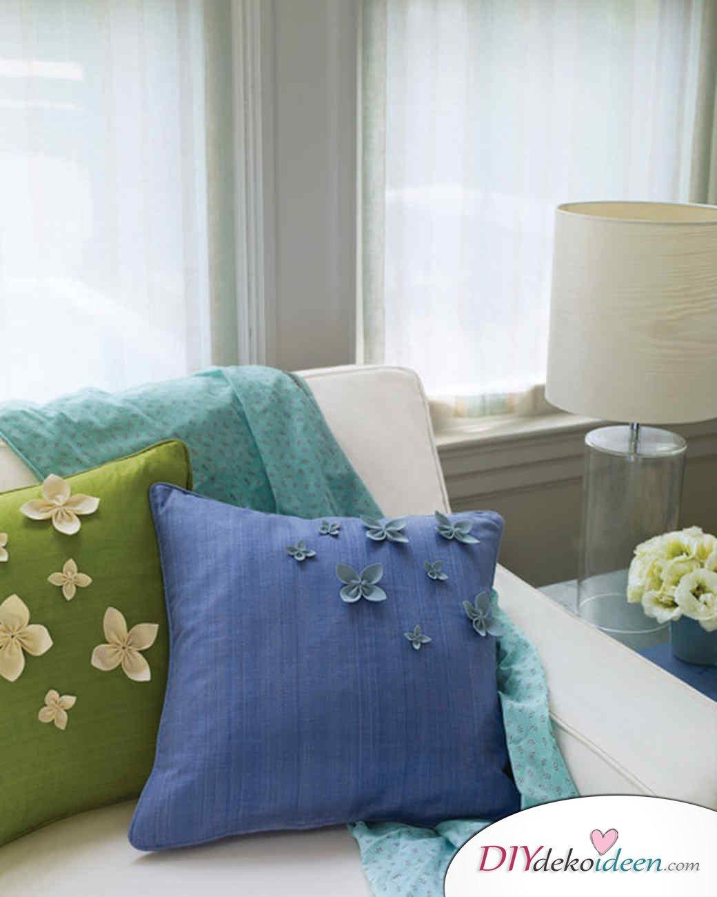 DIY Ideen - Frühlingsdeko selbst gestalten - Kissen mit Blütenblättern
