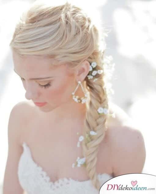 Brautfrisur mit Blumengesteck - Französischer Zopf