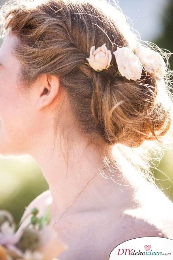 Brautfrisur mit Blumengesteck - Geflochtener Dutt