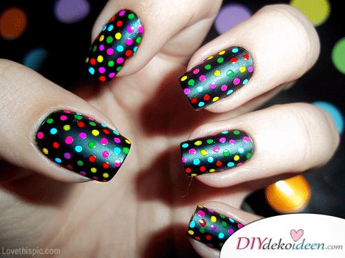 DIY Ideen für schöne Nägel zu Fasching - Konfetti-Nageldesign