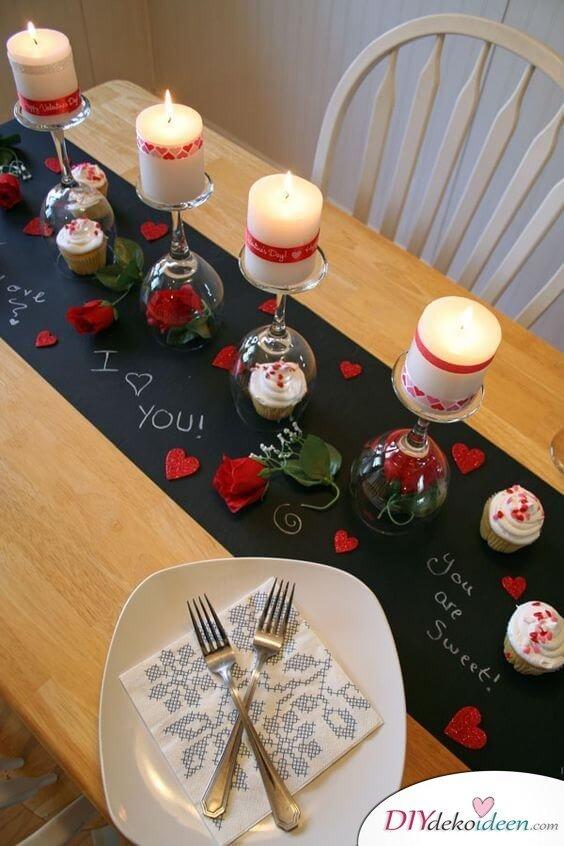 Weinglas Deko mit Kerzen, Rosenblüten und Cup Cakes
