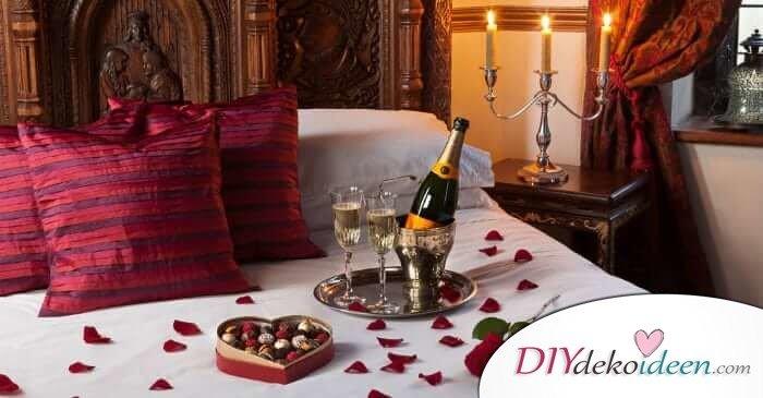 DIY Schlafzimmer Deko-Ideen zum Valentinstag: Bett mit Rosenblättern