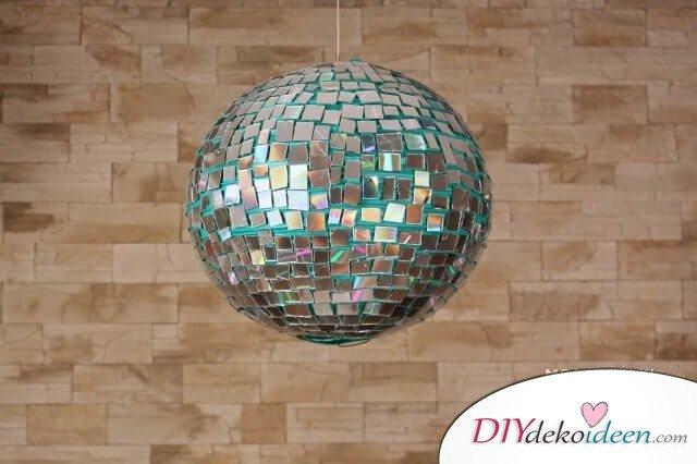 DIY Discokugel aus CD-Scheiben selber basteln - Partydeko zum Selbermachen