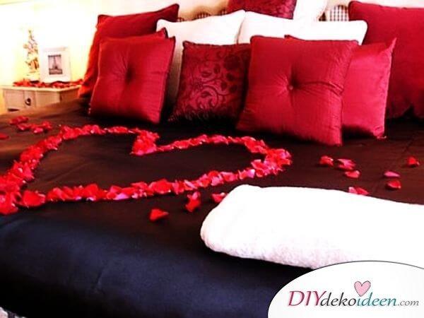DIY Schlafzimmer Deko-Ideen zum Valentinstag: Herz aus Rosenblättern