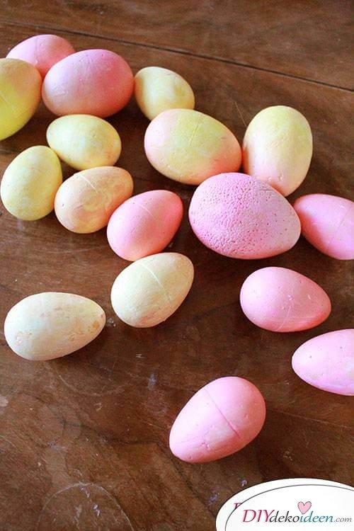 Basteln zu Ostern – Plastikeier bemalen