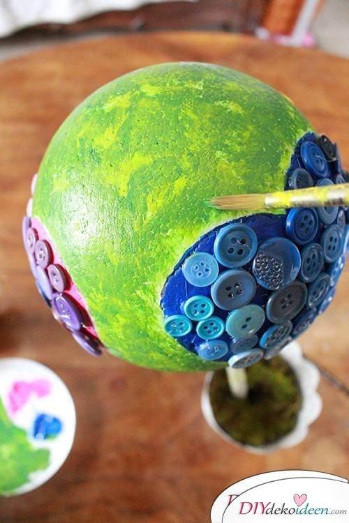 DIY Dekoidee Knopfbäumchen basteln zu Ostern - Blätter auftupfen
