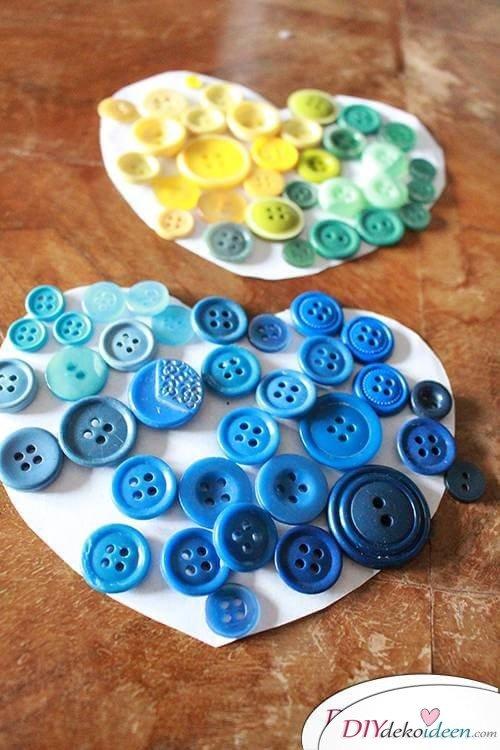 DIY Dekoidee Knopfbäumchen basteln zu Ostern - Knöpf arrangieren