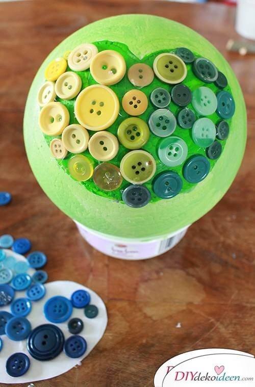 DIY Dekoidee Knopfbäumchen basteln zu Ostern - Knöpf aufkleben