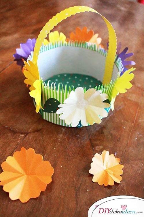 DIY Osterkörbchen mit Papierblumen dekorieren