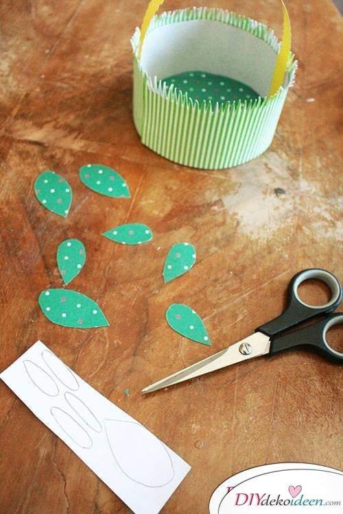 DIY Bastelprojekt - Blätter aus gemustertem Bastelkarton ausschneiden