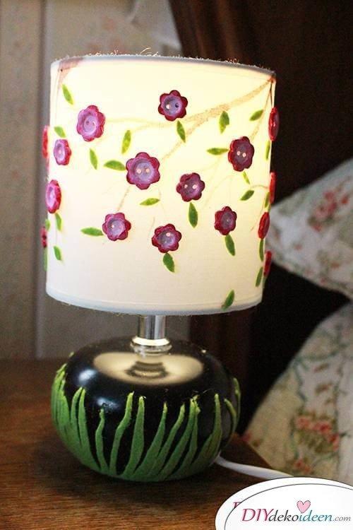 DIY Frühjahrsdekoideen – Lampe mit Pfirsichblüten