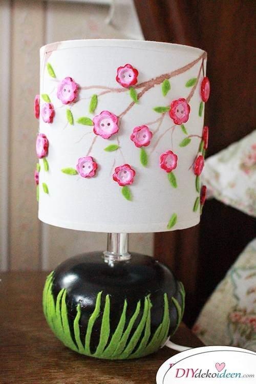 DIY Frühjahrsdekoideen – Lampe mit Knöpfen verzieren