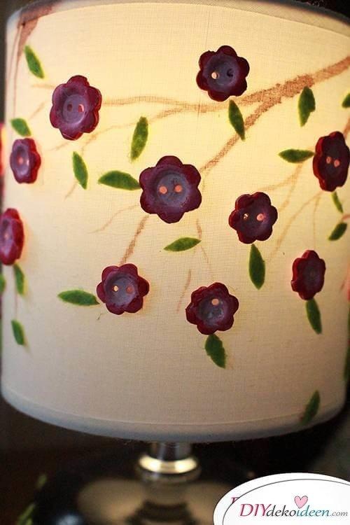 DIY Frühjahrsdekoideen – Lampenschirm mit Knöpfen selbst gestalten