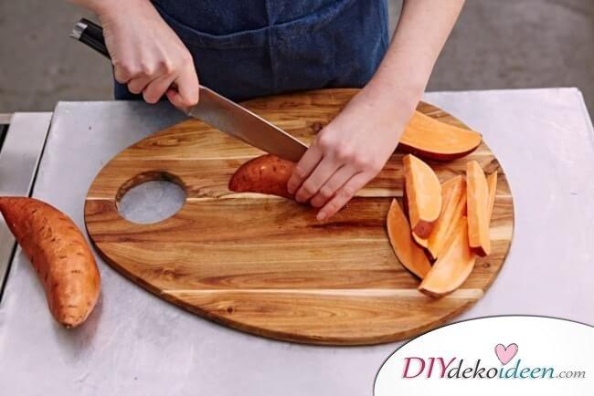 vegane Hot Dogs mit Süßkartoffel-Fries - Süßkartoffeln schneiden