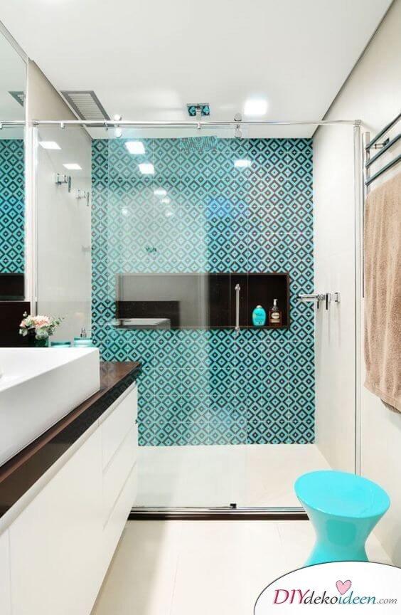 Fliesen-Deko Ideen: modernes Badezimmer mit bunten Akzenten, große Duschwand mit Schiebetür