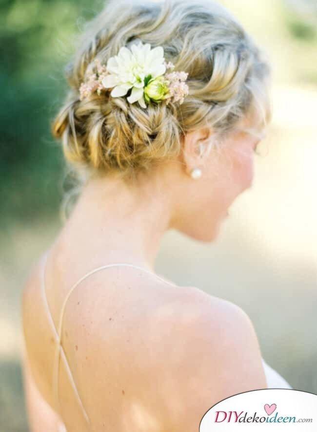 Brautfrisur mit Blumengesteck - Geflochtener Ballerina Dutt