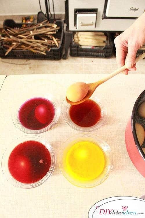 Natürlich Eier färben - DIY Ostereierfarbe