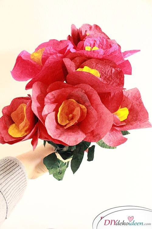 Zaubere ein Lächeln auf Mamas Gesicht! - DIY Blumenstrauß aus Knitterpapier
