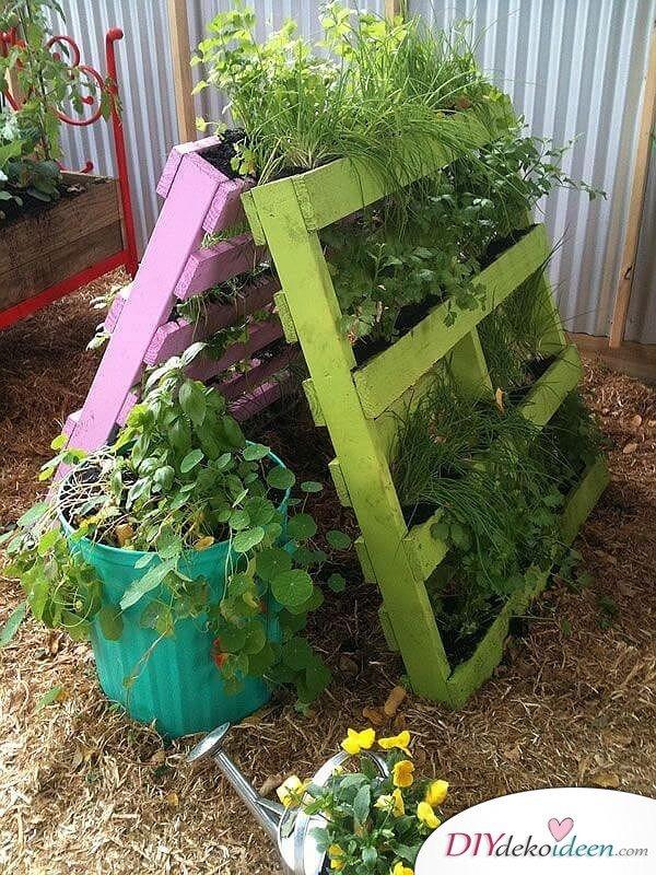 Vertikales Blumenbeet aus Paletten – Gartendeko selber machen