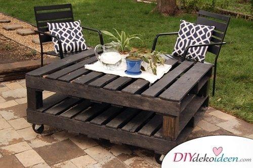 DIY Gartendeko selber machen – Tisch aus Paletten