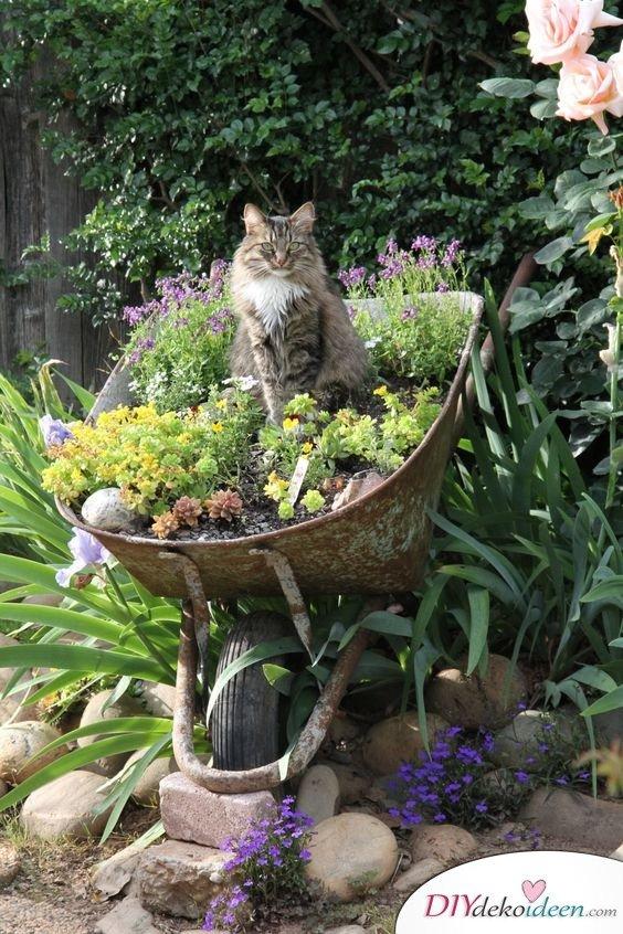 DIY Gartendeko selber machen – Schubkarrendeko