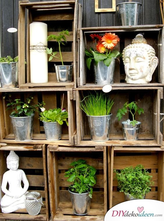 DIY Gartendeko selber machen – Regal aus Holzkisten
