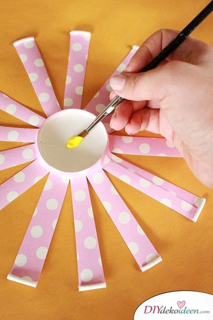 DIY Bastelidee Pappbecherblumen - basteln mit Kleinkindern