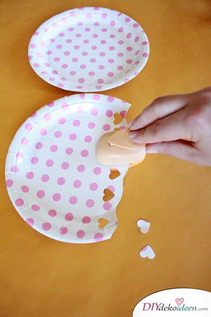 Quallen aus Papptellern - DIY Bastelideen für Kleinkinder