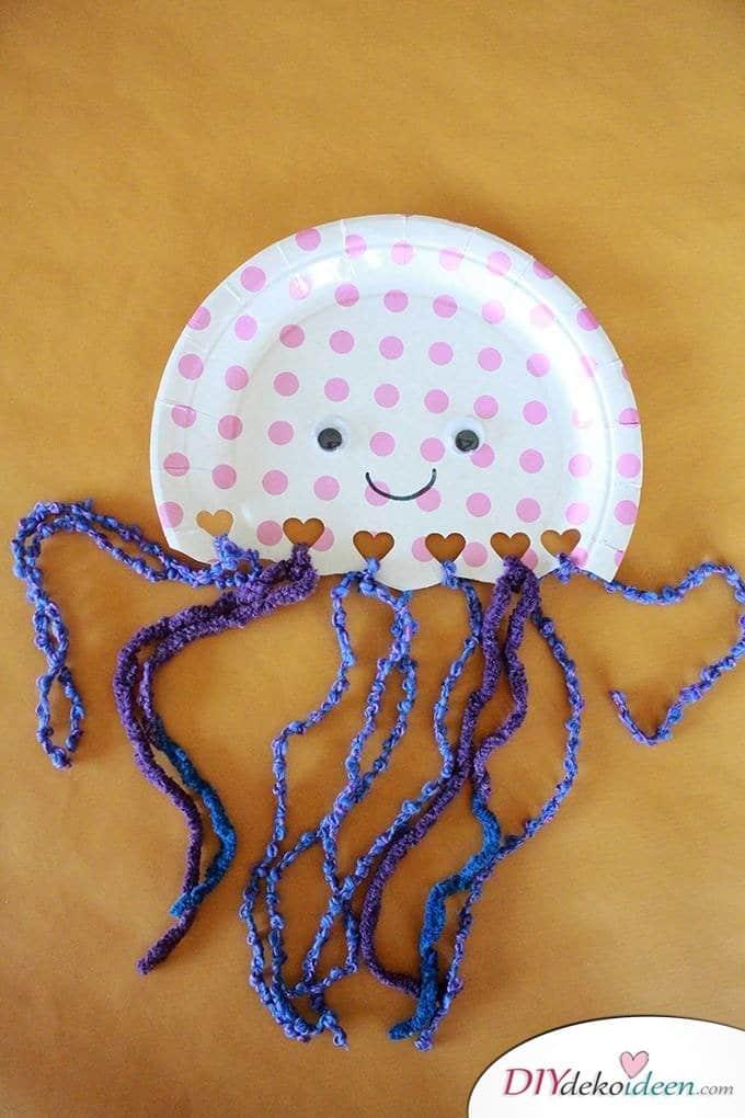 Quallen aus Papptellern - DIY Basteln mit Kleinkindern