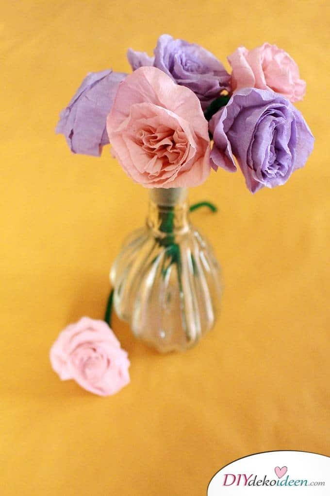 spielerisch rosen basteln mit krepppapier diy bastelideen f r kinder. Black Bedroom Furniture Sets. Home Design Ideas