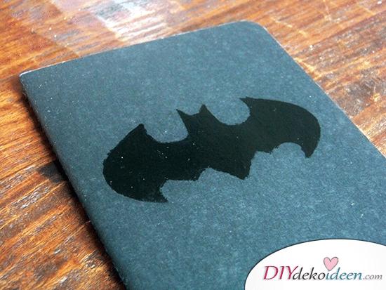 DIY Schulsachen selber basteln - Notizbuch mit Batman-Logo - Anleitung