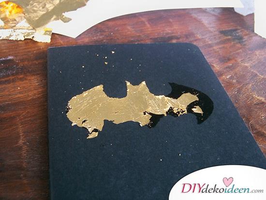 DIY Schulsachen selber basteln - Notizbuch mit Batman-Logo - Anleitung 02