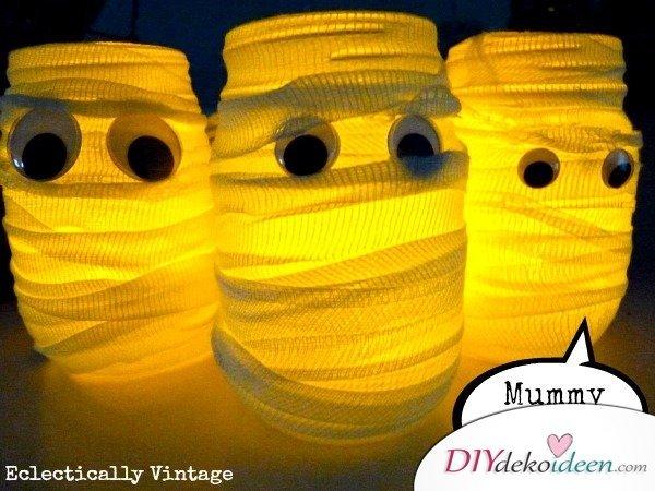 Gruselige Halloween Einmachgläser basteln - DIY Bastelideen Einmachglas Mumien
