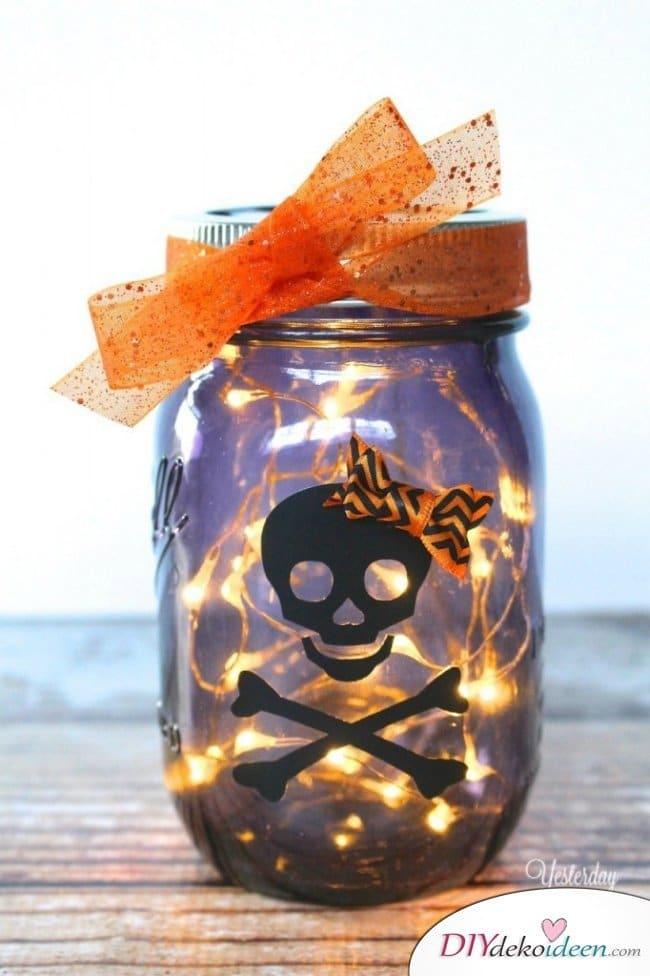 Gruselige Halloween Einmachgläser basteln - DIY Bastelideen Lichterketten