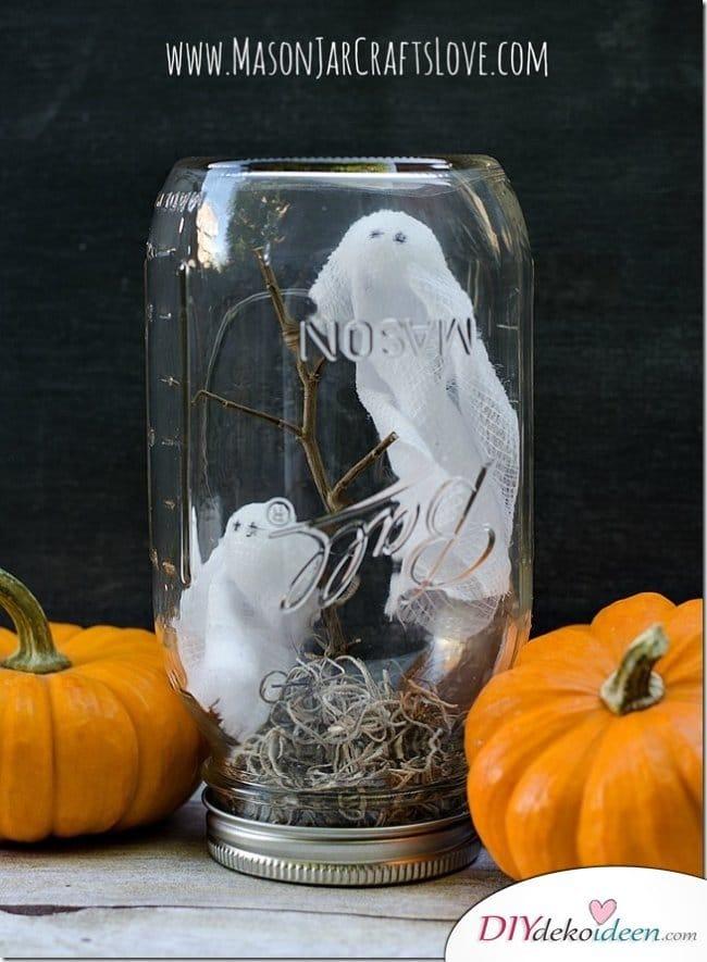 Gruselige Halloween Einmachgläser basteln - DIY Bastelideen Gespenster im Glas