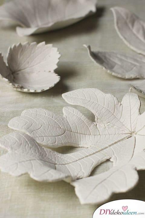 Herbstdeko basteln mit Blättern - Tonschalen