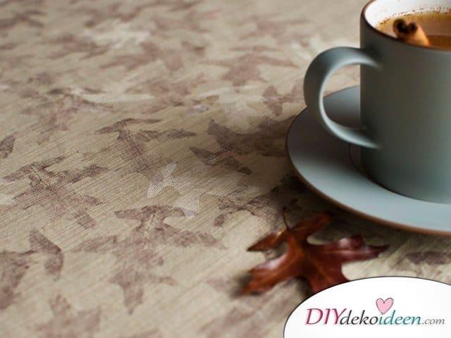Herbstdeko basteln mit Blättern - Tischdecke mit Blattmuster