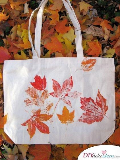 Herbstdeko basteln mit Blättern - DIY Tasche