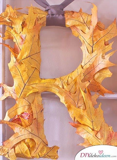 Herbstdeko basteln mit Blättern - Blatt-Monogramm