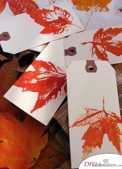 Herbstdeko basteln mit Blättern - Geschenketiketten