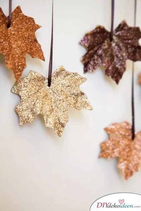 Herbstdeko basteln mit Blättern - Glitzer-Blätter