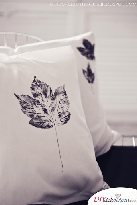 DIY Bastelideen - Herbstdeko basteln - Blattdruck Kissen