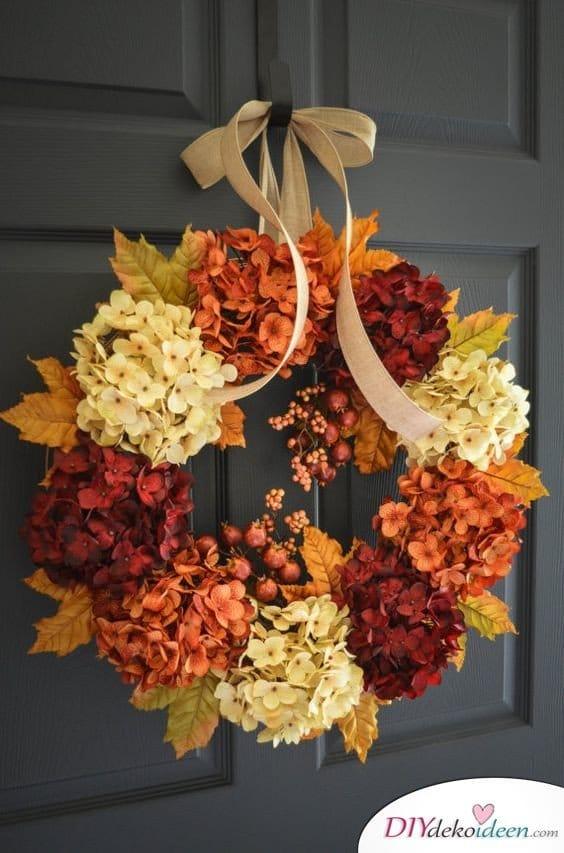 Herbstkränze selber machen - 15 DIY Bastelideen - DIY Hortensien-Türkranz
