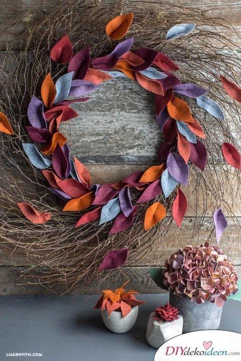 Herbstkränze selber machen - 15 DIY Bastelideen - Türkranz basteln mit Filz