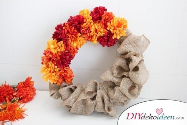 Herbstkränze selber machen - 15 DIY Bastelideen - Türkranz Blumen