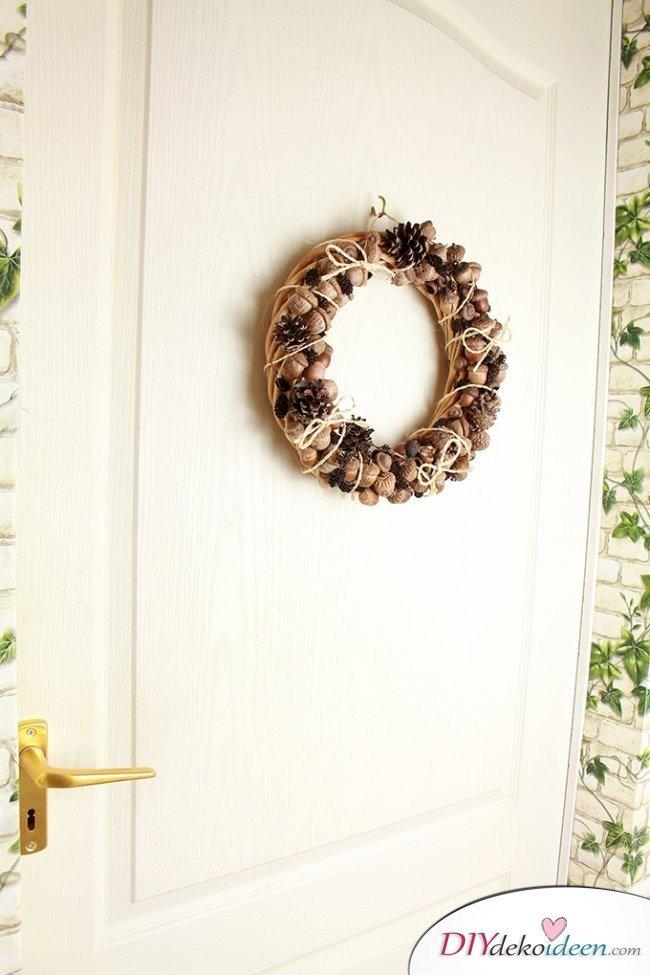 diy bastelidee rustikaler t rschmuck herbstkranz basteln aus eicheln. Black Bedroom Furniture Sets. Home Design Ideas